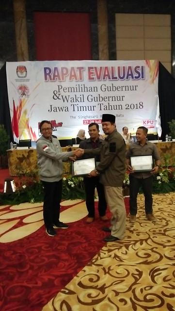 Komisioner KPU Tulungagung Victor Febrihandoko, S.Sos., saat menerima penghargaan terbaik pertama kategori peningkatan partisipasi masyarakat (parmas) dari KPU Jatim di Resort Batu (28/7)