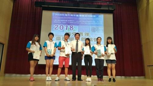 林副校長頒發學習表現優秀學員獎狀及獎品-緬甸團