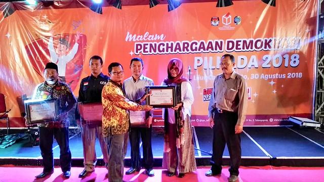Ketua KPU Tulungagung Suprihno saat menyerahkan penghargaan kepada perwakilan PPK Gondang di Liiur Cafe and Resto Tulungagung (31/8)