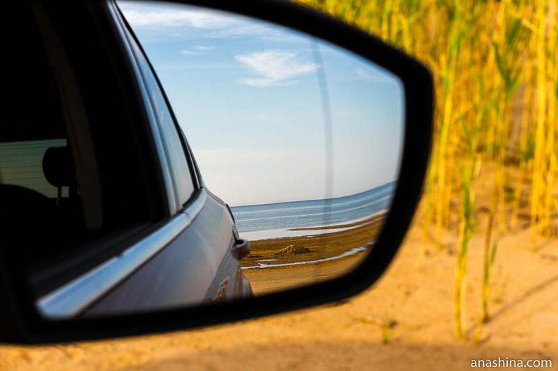 Отражение моря в зеркале машины