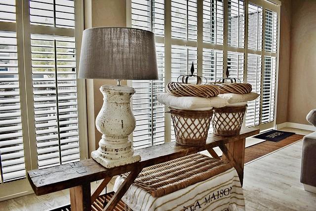 Bankje voor het raam shutters lamp