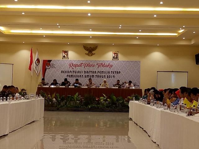 Suasana rapat pleno rekapitulasi DPT pemilu 2019 oleh KPU Jatim di Narita Hotel Surabaya (28/8)
