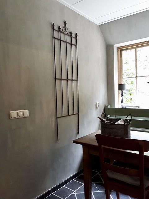 Brocante hek aan de muur