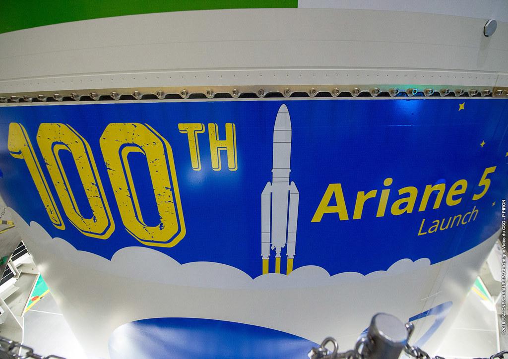 VA243_Pose logo 100th Ariane sur coiffe