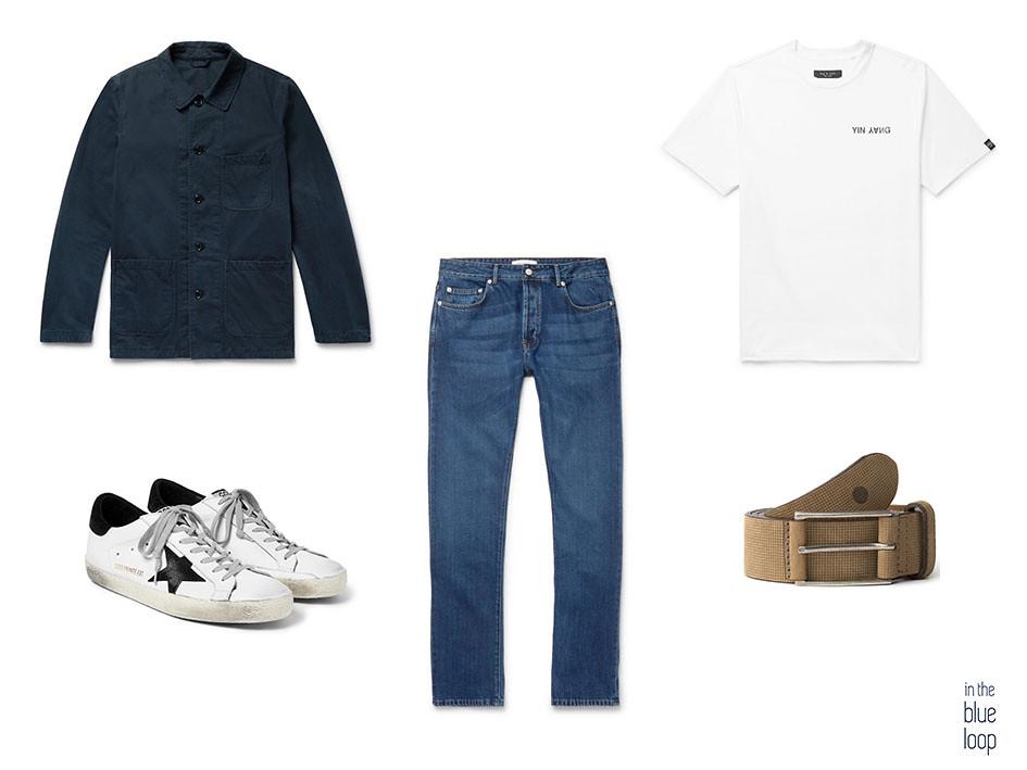 Look casual masculino con cinturón beige Anaga de Blue Hole, overskirt, camiseta blanca, sneakers blancas y jeans