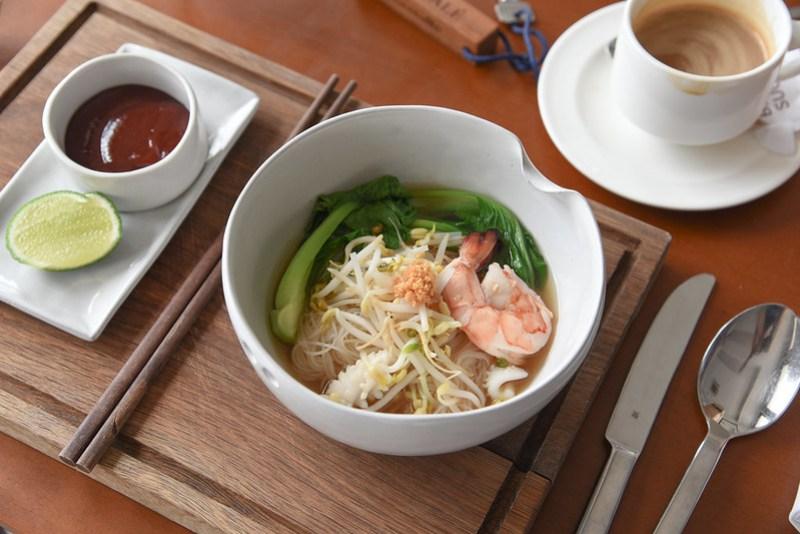 breakfast at the bale phnom penh