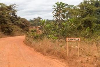 Vanaf  daar ongeveer nam ik de afslag naar het Lopé Nationaal park. Voordat je daar komt moet je eerst een uur of vijf over een hele slechte weg door o.a. Junkville.