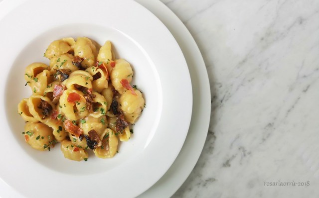 pasta patate funghi porcini e pancetta sbriciolata