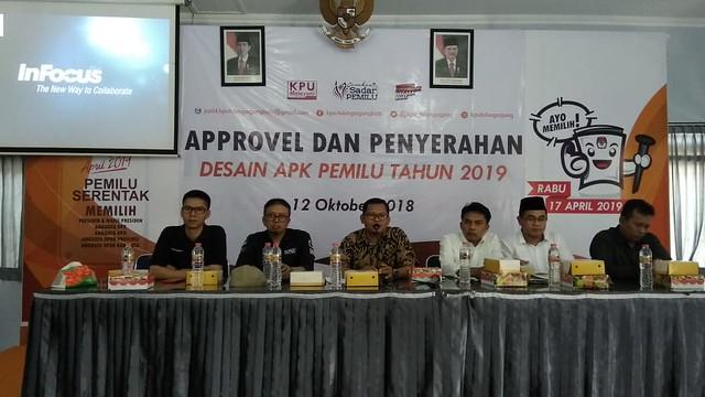 Komisioner KPU Tulungagung saat melaksanakan approvel dan penyerahan desain APK Pemilu 2019 di Gedung Media Center KPU Tulungagung (13/10)