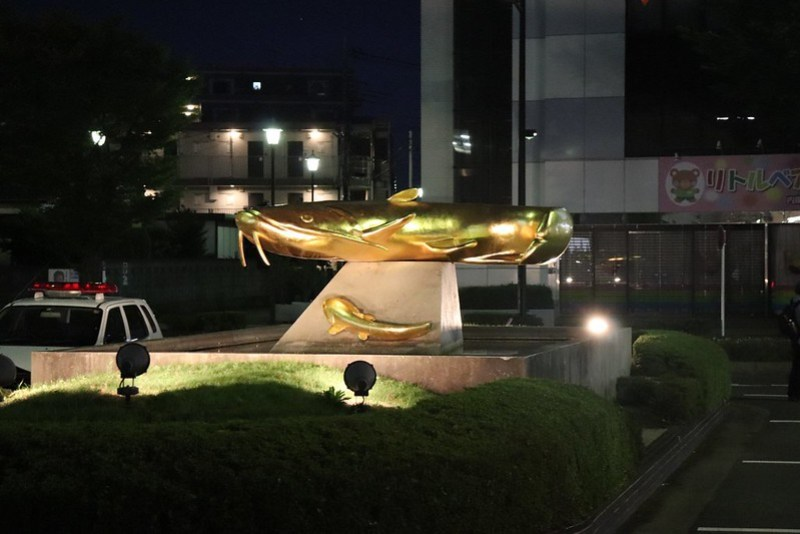 Escultura de namazu en urushi makie, realizada por el tesoro viviente Murose Kasumi.