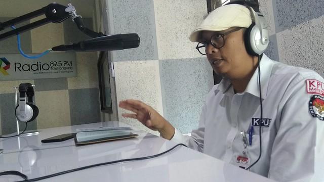 Komisioner KPU Tulungagung Victor Febrihandoko, S.Sos., saat mengisi acara program inspirasi pagi di R Radio FM (9/10)