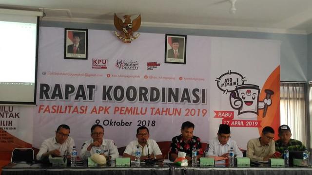 Ketua KPU Tulungagung Suprihno memimpin rapat koordinasi fasilitasi Alat Peraga Kampanye (APK) pemilu 2019, digelar di ruang Media Center KPU Tulungagung (9/10)