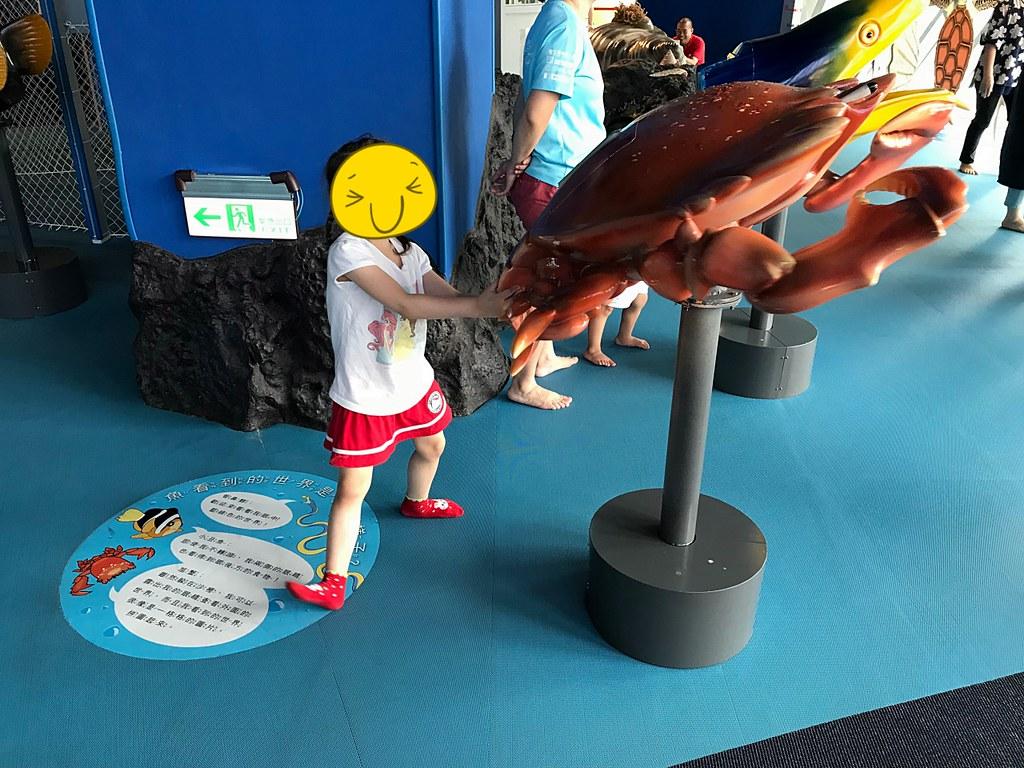 小妮看到大螃蟹很興奮,但不知道為啥擺了這個姿勢...