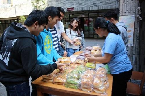 同學買麵包