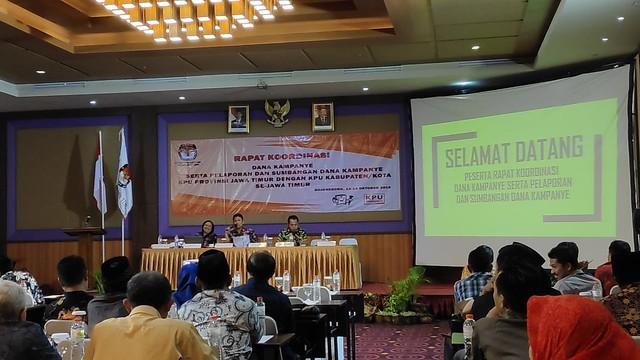 Suasana Rakor Dana Kampaye serta Laporan dan Sumbangan Dana Kampaye KPU Provinsi Jawa Timur di Hotel Aston (14/10)