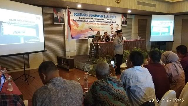 Anggota KPU Tulungagung Mustofa saat menyampaikan materi kampanye dalam kegiatan Bawaslu di Crown Victoria Hotel (29/8)