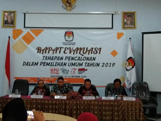 Rapat evaluasi tahapan pencalonan dalam Pemilu 2019 dihadiri dan dibuka oleh Ketua KPU Jatim, Eko Sasmito (12/10)