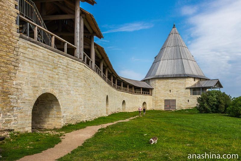 Старая Ладога, Восстановленный участок крепостной стены и угловая Стрелочная башня (восстановленная)