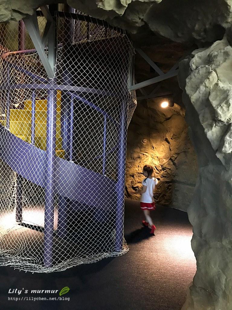 小妮正要去爬上溜滑梯,旁邊很有洞穴感!