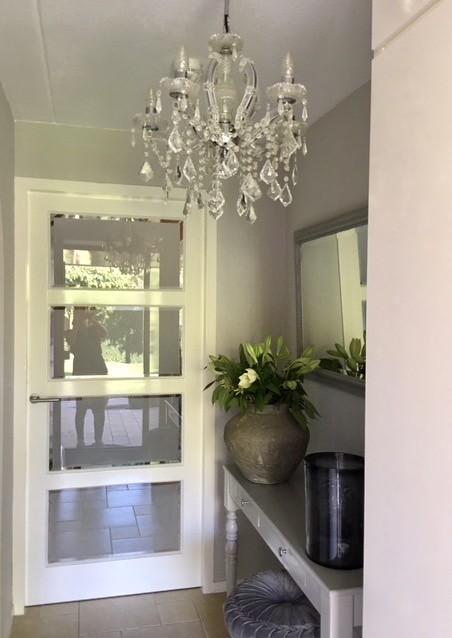 Kroonluchter hal sidetable deur met glas
