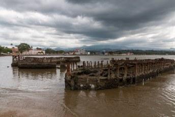 Ook in de baai van São Tomé laat men de scheeprwrakken gewoon lekker liggen.