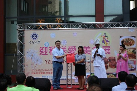 副國際長李俊豪代表致贈月餅予外籍生