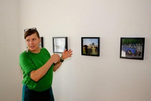Lovisa Lesse visar några av sina 3D illustrationer. De har ett djup som gör att man vill kliva rakt in i bilden.