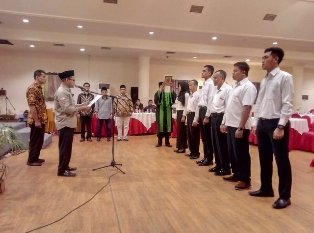 Ketua KPU Tulungagung Suprihno, M.Pd., saat memimpin pelantikan PPK dan PPS hasil PAW di Hotel Narita Tulungagung (8/12)