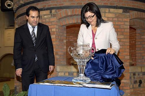 Descubriendo el trofeo ya termiando. Foto Pedro Merino