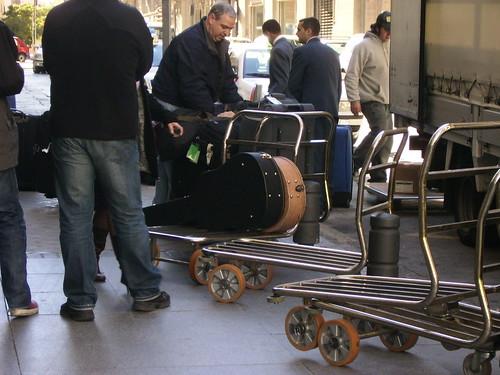 Descargando el equipaje de Bruce y compañía... ¡Esas guitarras!