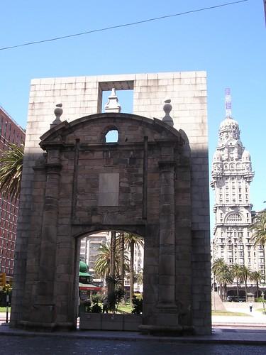 Le porche de l'ancienne ville de Montevideo. d'un coté, la rue pietonne de la vieille ville. De l'autre la place principale et l'avenue 18 de julio. Elle semble avoir eté reconstruite ou bien deplacée, non? En tout cas elle semble factice