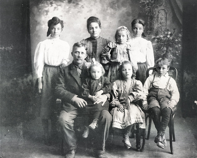 the crevelings - ethel, addy, dunno, dunno, william, dunno, della, tommy.jpg