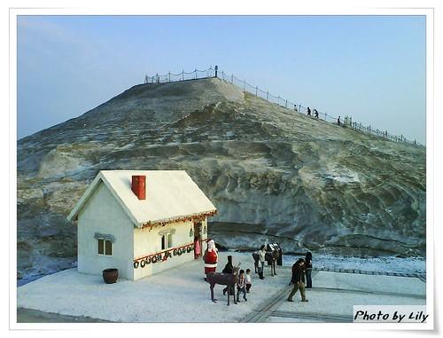 鹽山主峰及新蓋的鹽屋。