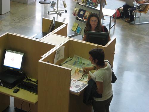 Usuarias en la Biblioteca Central de Lepanto.