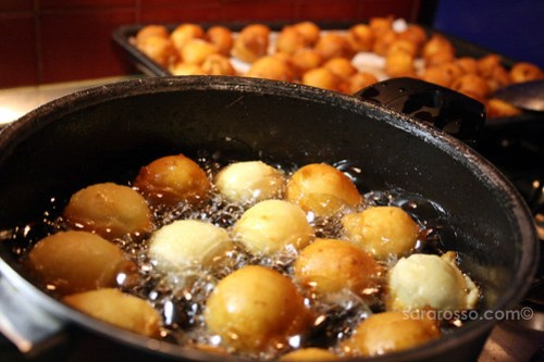 Palline di ricotta, Sweet, fried balls of ricotta frying