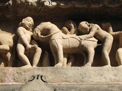 Home practicant sexe amb un cavall