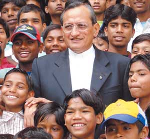 Pascual Chávez Villanueva, rector mayor de la orden de los salesianos y protector del pederasta, posando junto a niños y niñas.