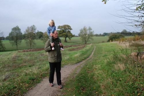 Annika och Ego mitt i landskapsbilden