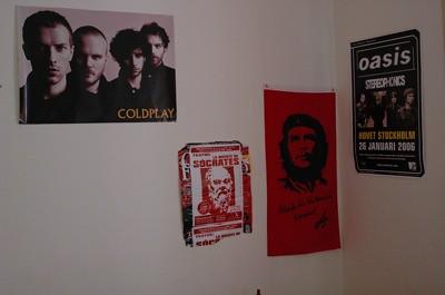 Foto de mi pared con el nuevo poster de Sócrates