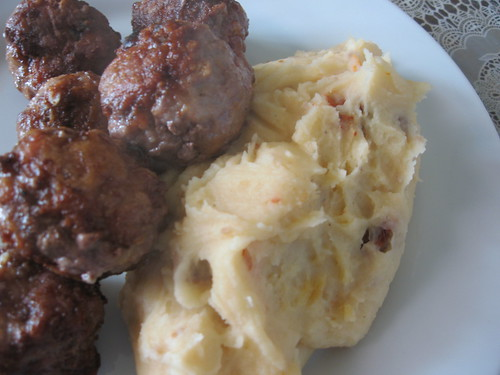 Asian-style meatballs with mashed potatoes with sundried tomatoes