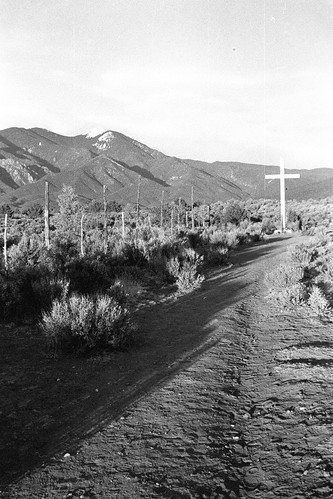 Morada Walk, Taos Mountain in the background, white cross Georgia O'Keeffe painted, Taos, New  Mexico, January 2003, Tri-X black & white film print, photo © 2008 by QuoinMonkey. All rights reserved.