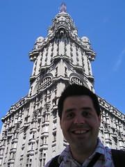 La place principale de la ville avec une tour mastodonte assez delirante, un peu comme la tour Barrolo sur l'avenue de Mai à Buenos Aires. Je reste d'ailleurs intimement convaincu qu'il fut un des architectes de ce gros lego. Sinon, vous trouvez pas que j'ai pris des joues?