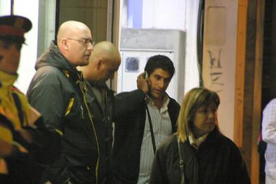 Sicaris i mossos desallotjant l'immoble