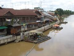 ตลาดสามชุก มองจากสะพานข้ามแม่น้ำท่าจีน