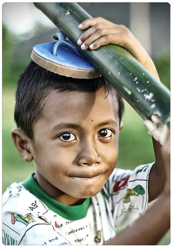 boy carrying bamboo on his head rural Pinoy Filipino Pilipino Buhay  people pictures photos life Philippinen  菲律宾  菲律賓  필리핀(공화�) Philippines