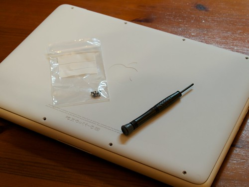 MacBook (Late 2009) Replacement Bottom Case