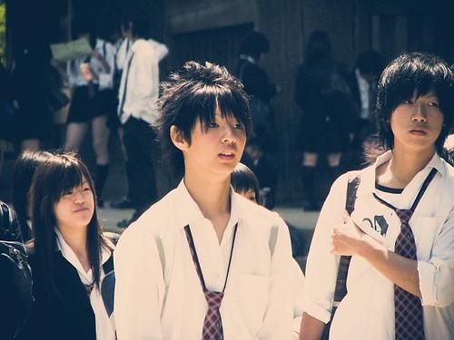 꽤나 긴 머리의, 넥타이를 푼 일본의 고등학생.