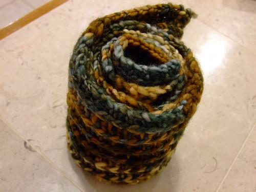 close up manos scarf