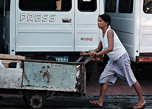 woman pushes kariton for a living recyclers scavenger Buhay Pinoy Philippines Filipino Pilipino  people pictures photos life Philippinen
