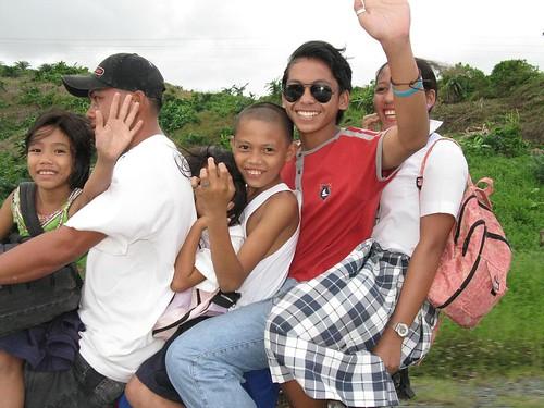 Philippinen  菲律宾  菲律賓  필리핀(공화�) Pinoy Filipino Pilipino Buhay  people pictures photos life Barangay Sampaguita, Philippines commuting, Philippines, rural, transport motorbike overloaded